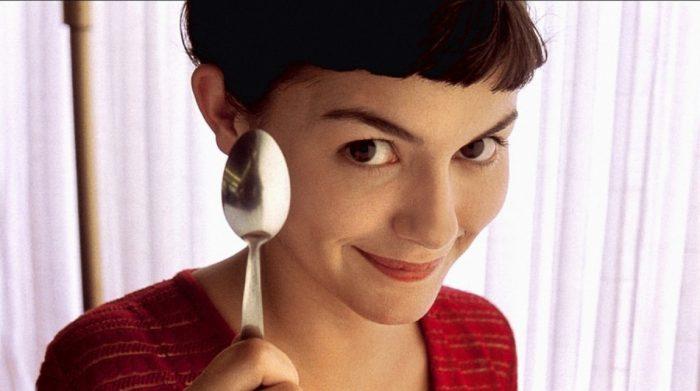 Photo d'Audrey Tautou dans le film Le Fabuleux Destin d'Amélie Poulain de Jean-Pierre Jeunet. L'actrice sourit à l'objectif et tient une cuillère.
