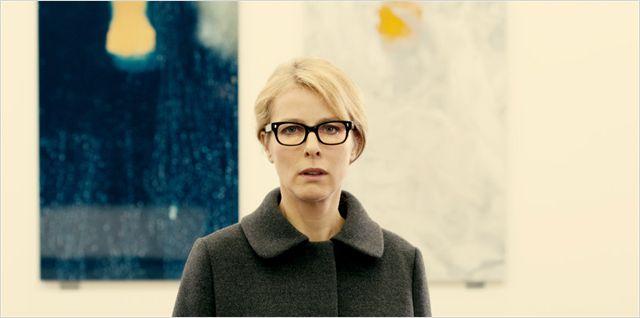 Photo de Karin Viard dans le film Parlez moi de vous. L'actrice est prise en photo dans la rue, face à l'objectif.