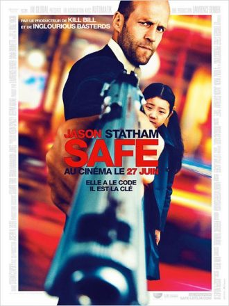 Affiche de Safe sur laquelle Jason Statham pointe son arme vers l'objectif et protège une petite fille.