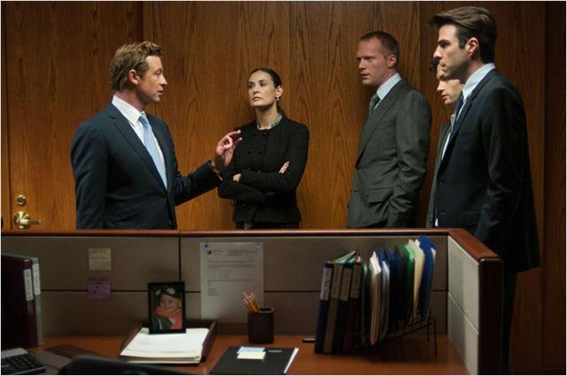 Photo de Simon Baker, Demi Moore, Paul Bettany, Penn Badgley et Zachary Quinto qui discutent dans un bureau dans le film Margin Call.