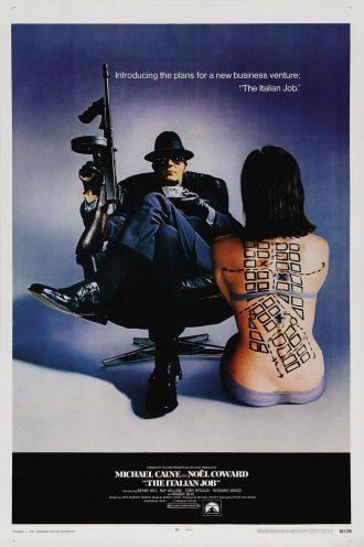 Affiche du film The Italian Job sur laquelle nous voyons un homme assis sur un fauteuil tenant une mitraillette et une tasse de thé. Une femme est assise sur le sol à sa gauche. Un plan est dessiné sur la peau de son dos.