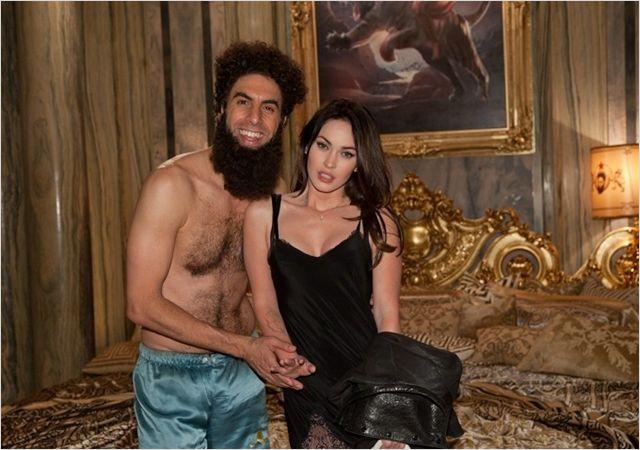 Photo de Sacha Baron Cohen et Megan Fox tirée du film The Dictator. Le dictateur est sur un lit avec Fox, l'une de ses nombreuses conquêtes.