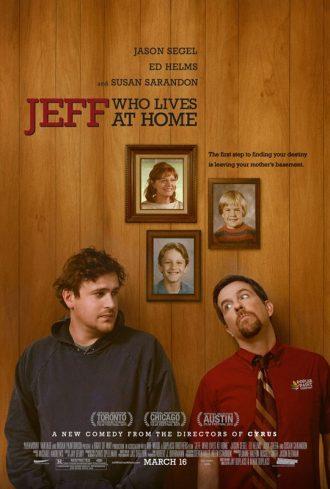Affiche du film Jeff who lives at home sur laquelle Jason Segel et Ed Helms sont côte à côte dans une maison. Derrière eux se trouvent des cadres d'eux enfants et un de leur mère interprétée par Susan Sarandon.