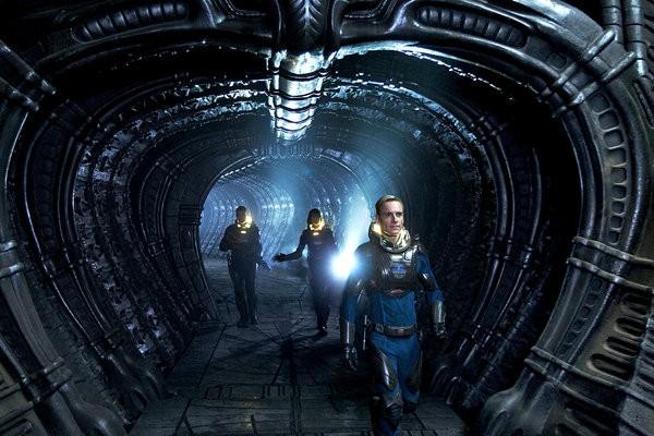 Photo de Michael Fassbender et Noomi Rapace avançant dans un vaisseau dans le film Prometheus de Ridley Scott.