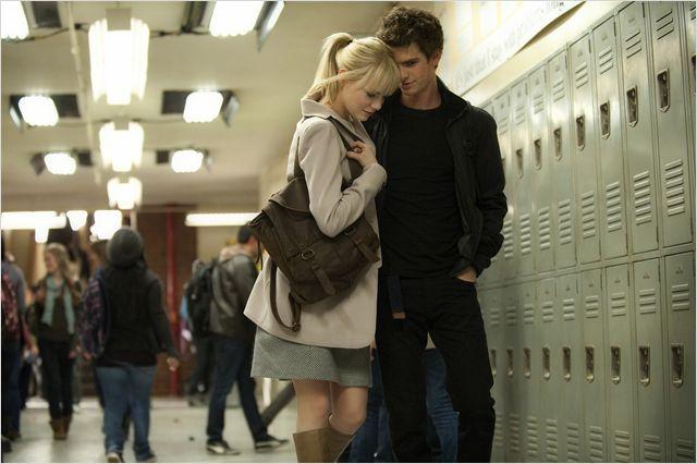 Photo d'Emma Stone et Andrew Garfield dans le film The Amazing Spider-Man de Marc Webb. Les deux flirtent ensemble dans les couloirs du lycée.