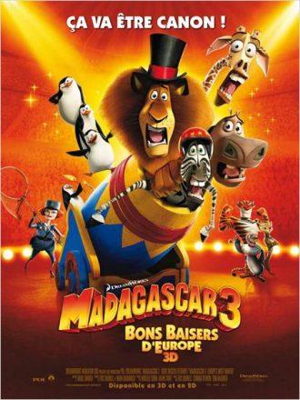 Affiche du film Madagascar 3 - Bons baisers d'Europe surlaquelle les personnages sont regroupés dans un canon auquel un pingouins va mettre le feu, dans un décor de cirque.
