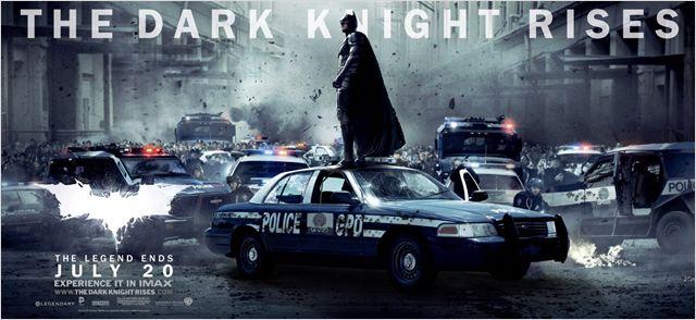 Bandeau du film The Dark Knight Rises sur laquelle Batman se tient au dessus d'une voiture de police de Gotham dans un paysage chaotique.