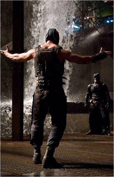 Photo de Tom Hardy s'avançant vers Christian Bale lors d'une scène de combat entre eux dans le film The Dark Knight Rises de Christopher Nolan.