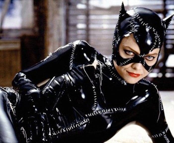 Photo de Catwoman incarnée par Michelle Pfeiffer, allongée sur un bureau en costume, dans le film Batman - Le Défi de Tim Burton.