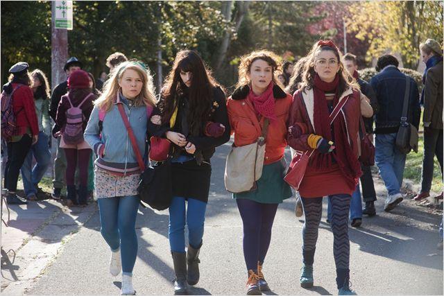Photo de Noémie Lvovsky et sa bande d'amies marchant vers leur lycée dans le film Camille Redouble.