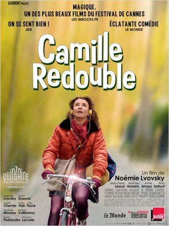 Affiche du film Camille redouble de Noémie Lvovsky sur laquelle l'actrice et réalisatrice fait du vélo en portant un casque de walkman pour se rendre au lycée.