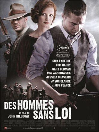 Affiche du film Des Hommes sans Loi de John Hillcoat sur laquelle nous découvrons les personnages interprétés par Shia Labeouf, Tom Hardy et Jessica Chastain. Les deux hommes tiennent une arme. En bas de l'affiche, une bande de policiers s'apprête à tirer sur des ennemis.