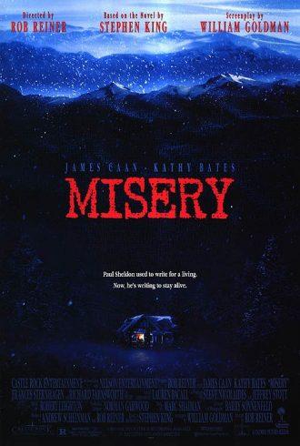 Affiche du film Misery de Rob Reiner sur laquelle nous distinguons la maison éclairée de Kathy Bates isolée au plein coeur des montagnes.