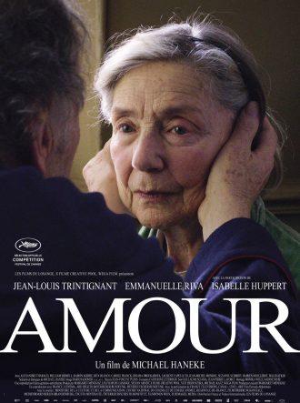 Affiche du film Amour de Michael Haneke, sur laquelle Jean-Louis Trintignant, de dos, pose ses mains sur le visage de sa femme interprétée par Emmanuelle Riva, de face.