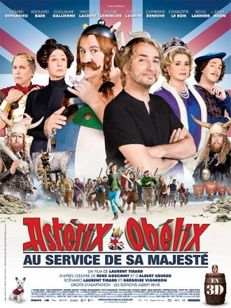Affiche du fim Astérix et Obélix Au Service de Sa Majesté sur laquelle les personnages principaux sont alignés devant le drapeau de la Grande Bretagne. La troupe menée par Vincent Lacoste est visible en bas de l'affiche et court vers l'objectif pour une bataille.
