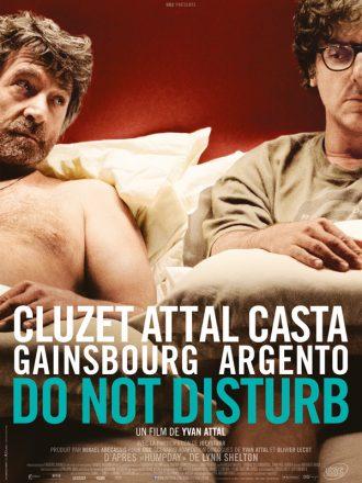 Affiche de Do Not Disturb d'Yvan Attal sur laquelle François Cluzet et Yvan Attal sont côte à côte dans un lit. Cluzet regarde Attal avec interrogation alors que ce dernier n'ose à peine le regarder.