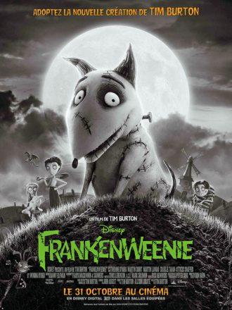 Affiche du film Frankenweenie sur laquelle le chien créé par Frankenstein est au centre devant une pleine lune imposante. Les personnages secondaires, à commencer par le jeune scientifique, se tiennent au second plan devant leur village.