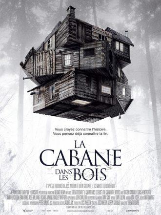 Affiche du film La Cabane dans les bois sur laquelle la dite cabane est au centre de l'affiche devant un fond blanc où l'on aperçoit des arbres. La cabane semble malléable.