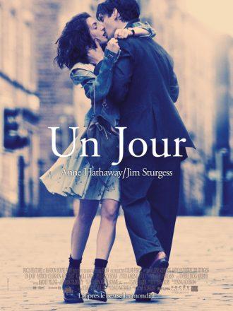 Affiche du film Un Jour réalisé par Lone Scherfig sur laquelle Anna Hathaway et Jim Strugess s'étreignent dans la rue.