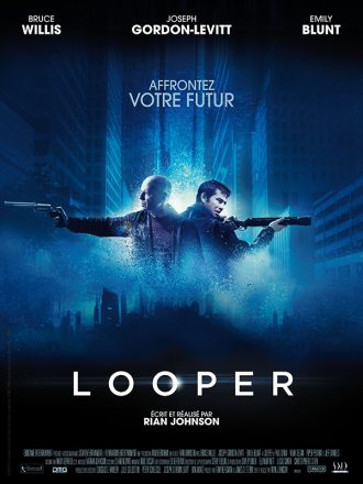 Affiche du film Looper de Rian Johson sur laquelle nous voyons le personnage interprété par Bruce Willis et Joseph Gordon-Levitt côte à côte sur un montage photo futuriste.