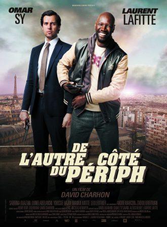 Affiche du film De l'autre côté du périph de David Charhon sur laquelle Omar Sy et Laurent Lafitte posent face à l'objectif. Sy rit alors que Lafitte est très sérieux. Au second plan, nous distinguons Paris et sa périphérie.