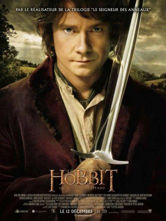 Affiche du film Le Hobbit : Un Voyage Inattendu sur laquelle Martin Freeman pose au centre de l'affiche en tenant son épée. Au second plan, des paysages de la Comté sont visibles.