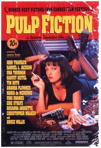 Affiche du film Pulp Fiction présentée sous le format d'un magazine Pulp à 10 cents. Uma Thurman est allongée sur un lit avec l'une de ses revues et fume une cigarette. Un pistolet est posé sur le lit devant elle.
