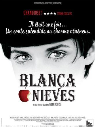 Affiche du film Blanca Nieves de Pablo Berger sur laquelle le haut du visage de Blancanieves est visible. Ses yeux regardent l'objectif. Une pomme rouge croquée est visible près du titre.