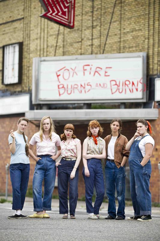 Photo du film Foxfire - Confessions d'un gang de filles sur laquelle nous voyons la bande devant son un théâtre qu'elles ont taggées.