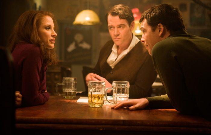 Photo de Jessica Chastain, Marton Csokas et Sam Worthington dans le film L'affaire Rachel Singer. Les trois acteurs discutent un bar autour d'une bière.