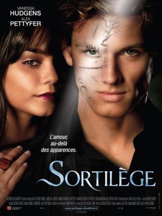 Affiche du film Sortilège. Nous y voyons les visages face à l'objectif. L'apparence de Pettyfer laisse découvrir un visage monstrueux.