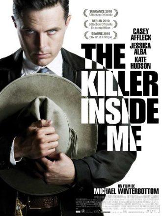Affiche du film The Killer Inside Me de Michael Winterbottom. Casey Affleck est face à l'objectif avec un regard sombre, tient son chapeau et l'on distingue une étoile de shérif.