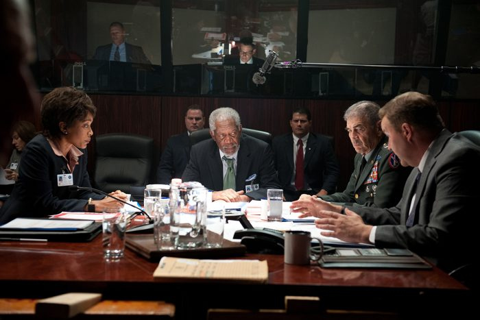 Photo d'Angela Bassett, Morgan Freeman et Robert Forster dans le film La Chute de la Maison Blanche. Les trois acteurs font partie d'un Conseil d'Etat visant à sauver le Président de l'assaut sur la Maison Blanche.
