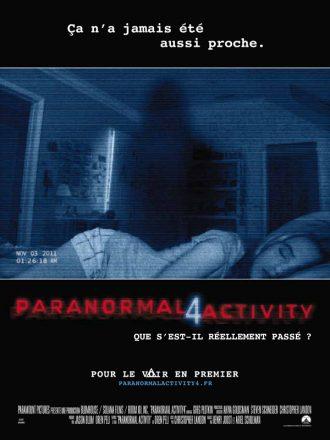Affiche de Paranormal Activity 4. Nous y voyons une adolescente dans son lit sur les images d'un caméscope. L'ombre d'un spectre est également visible.