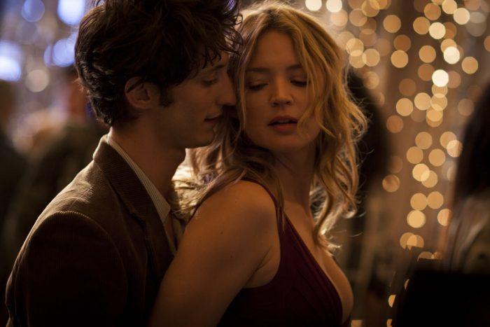 Photo de Pierre Niney et Virginie Efira dansant ensemble dans le film 20 ans d'écart.