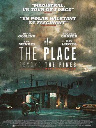 Affiche du film The Place Beyond The Pines de Derek Cianfrance. Dans une petite ville américaine sous la pluie, nous voyons le personnage de Ryan Gosling de dos, vu de loin, sur une moto au feu rouge.