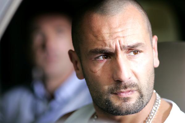 Photo de Gilles Lellouche dans le film Ne le dis à personne de Guillaume Canet. L'acteur est dans sa voiture et semble regarder quelqu'un à travers sa vitre.