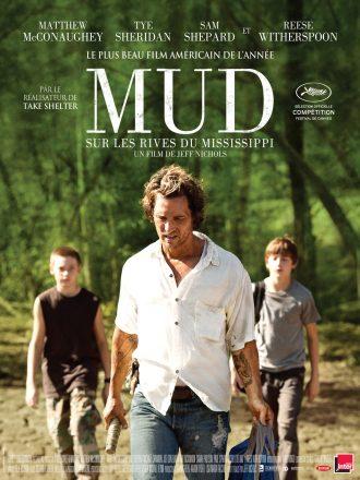 Affiche du film Mud de Jeff Nichols. Nous y voyons Matthew McConaughey au centre de l'affiche marcher dans une forêt, suivi par deux enfants.