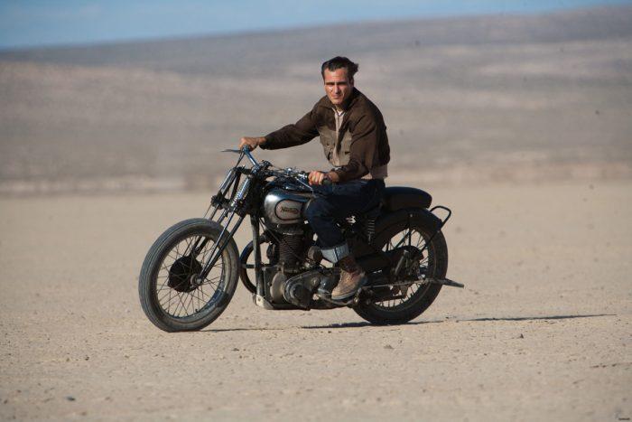 Photo de Joaquin Phoenix à moto dans le désert dans le film The Master de Paul Thomas Anderson.