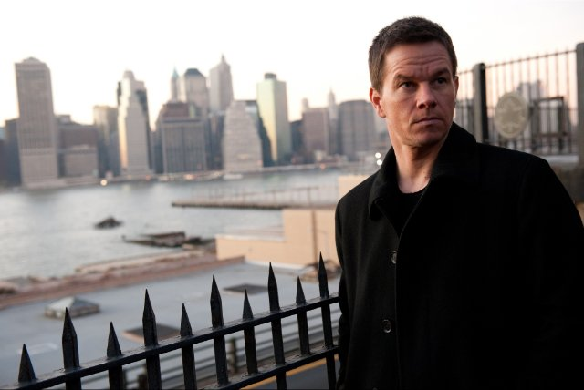 Photo de Mark Wahlberg dans le film Broken City. Près d'une rive de New York, l'acteur est face à l'objectif et semble enquêter.