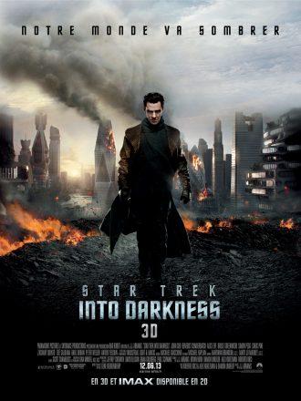 Affiche de Star Trek : Into Darkness de J.J. Abrams. Nous y voyons Benedict Cumberbatch avancer face à l'objectif devant des buildings et un paysage en ruines.