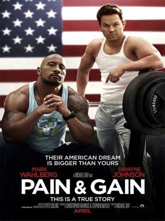 Affiche du film No Pain No Gain de Michael Bay. Nous y voyons The Rock Mark Wahlberg poser face à l'objectif à côté d'instruments de musculation. Le drapeau américain est au second plan.