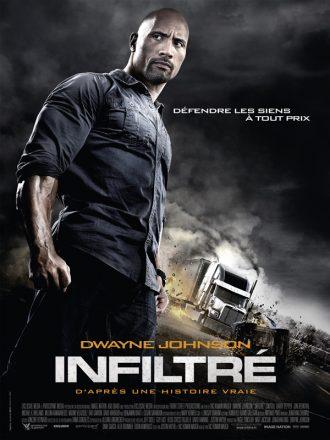 Affiche du film Infiltré. Nous y voyons Dwayne Johnson au premier plan, avec au second plan un camion en feu qui percute une voiture.