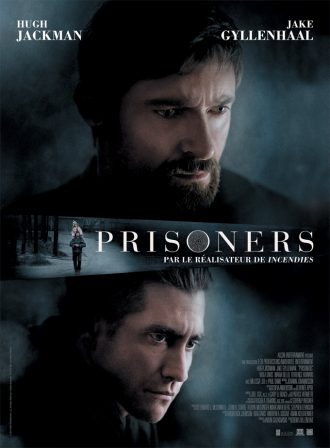 Affiche du film Prisoners de Denis Villeneuve sur lequel nous voyons les portraits de Hugh Jackman et Jake Gyllenhaal devant un fond très sombre. Au centre de l'affiche, nous voyons une photo de Hugh Jackman portant sa fille sur ses épaules.