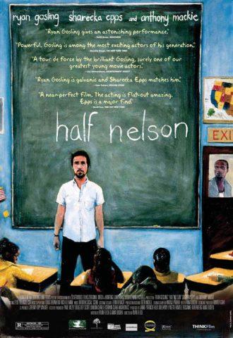 Affiche du film Half Nelson de Ryan Fleck. Il s'agit d'un dessin d'une salle de classe. Ryan Gosling semble être le professeur et se tient face aux enfants. A travers la vitre de la porte, nous distinguons Anthony Mackie qui observe la classe.