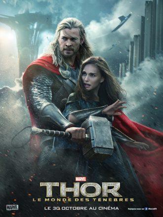 Affiche de Thor : Le Monde des ténèbres. Nous y voyons Thor protéger Jane Foster. Nous apercevons Asgard derrière en pleine bataille.