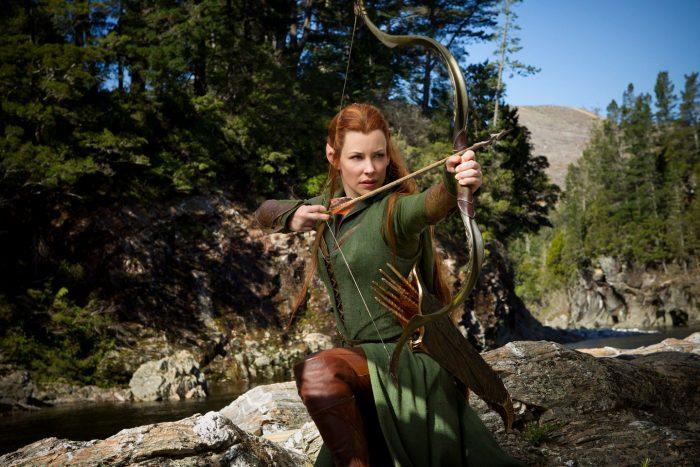 Photo d'Evangeline Lilly dans Le Hobbit : La désolation de Smaug. L'elfe tient un arc et s'apprête à tirer. Elle est au dessus d'une rivière.