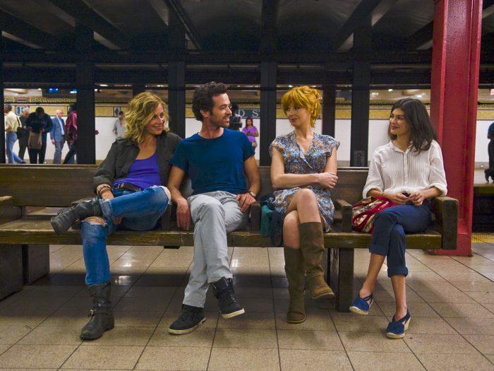 Photo de Cécile de France, Romain Duris, Kelly Reilly et Audrey Tautou dans le film Casse-tête chinois de Cédric Klapisch. Les quatre acteurs sont assis sur un quai du métro new-yorkais et paraissent extrêmement complices.
