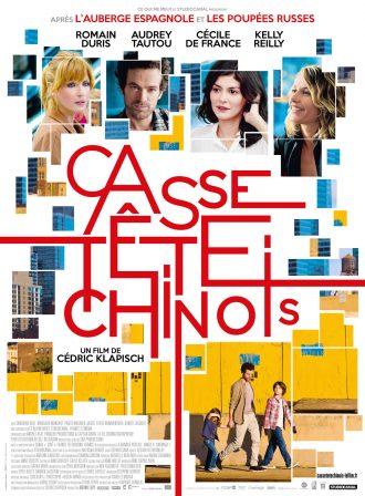Affiche du film Casse-tête chinois de Cédric Klapisch. Nous y voyons les quatre personnages principaux sur un montage photo désorganisé et très coloré.