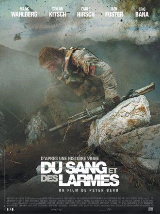 Affiche de Du sang et des larmes de Peter Berg . Nous y voyons un soldat se relever au milieu d'un champ de bataille.